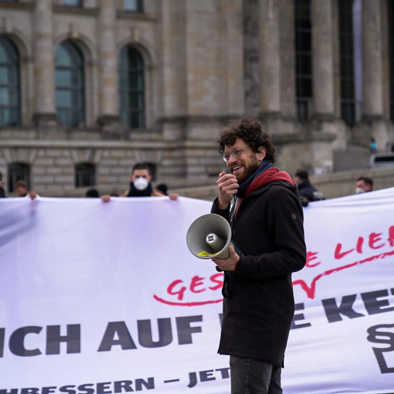 Protestaktion zur 1. Lesung: Entwurf für Lieferkettengesetz zu schwach – auch 50 Unternehmen fordern Nachschärfung